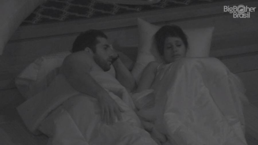 Kaysar e Ana Paula conversam no quarto do líder - Reprodução/Tv Globo