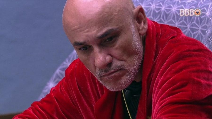 Ayrton fica pensativo no bangalô do llíder - Reprodução/GloboPlay