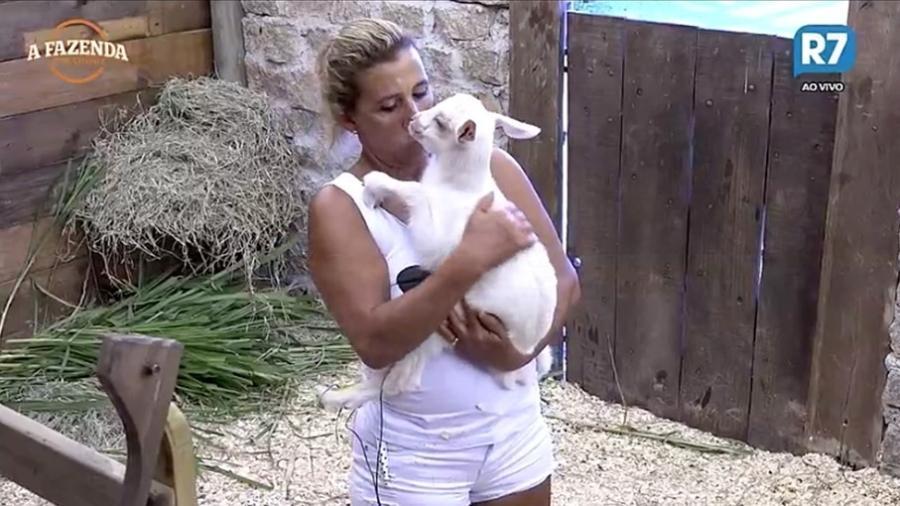 Rita Cadillac pega filhote de cabra e dá beijos no animal  - Reprodução/R7