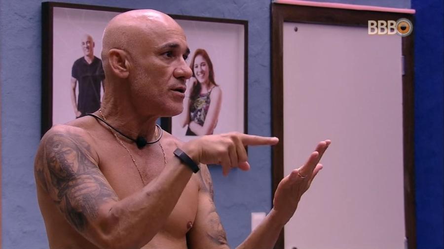 Ayrton faz contas no quarto do líder - Reprodução/GlobosatPlay
