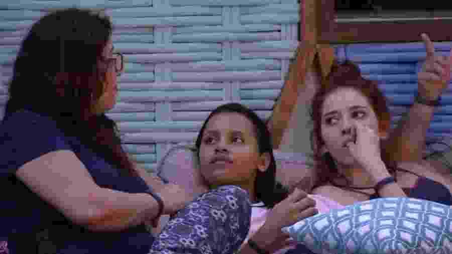 Mara conversa na área externa da casa - Reprodução/GloboPlay