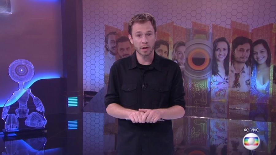 Tiago Leifert fala para o público sobre o jogo de segunda-feira (6) - Reprodução/TV Globo