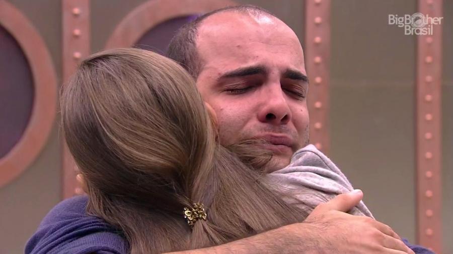 Mahmoud e Jaqueline se abraçam durante conversa - Reprodução/GloboPlay