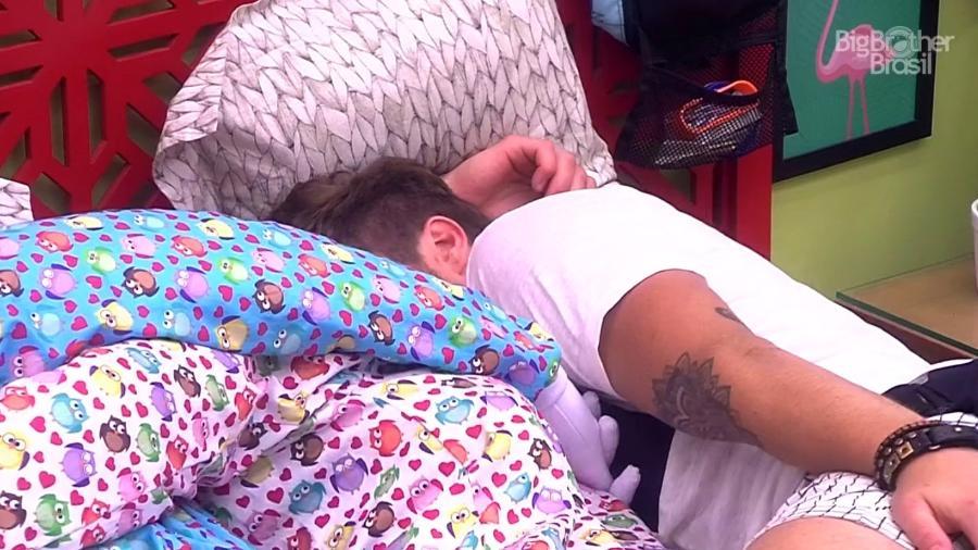 """Paula e Breno trocam beijos em um dos quartos do """"BBB"""" - Reprodução/GloboPlay"""