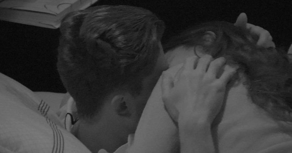 Marcos e Emilly se beijam no quarto