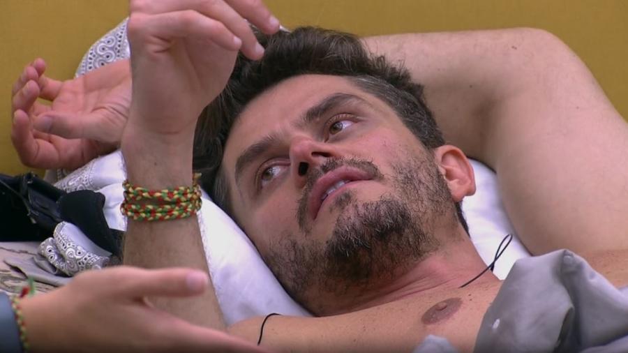 Marcos diz a Emilly que eles são ficantes - Reprodução/TV Globo