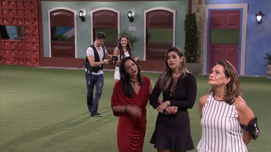 Após eliminação de Rômulo, Emilly e Marcos dançam enquanto Marinalva, Vivian e Ieda choram no jardim - Reprodução/TV Globo