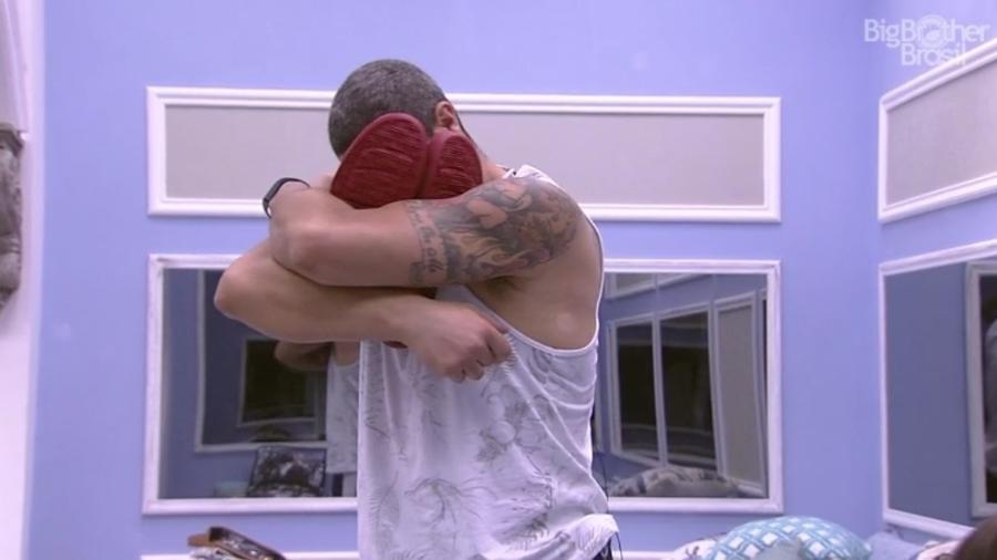 Daniel abraça tênis quer recebeu da produção para usar durante a festa deste sábado (25) - Reprodução/TV Globo