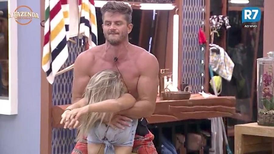 """Marcos faz massagem em Ana Paula Minerato em """"A Fazenda 9"""" - Reprodução/R7"""