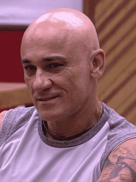 Ayrton conversa com os brothers sobre selinho - Reprodução/Globoplay