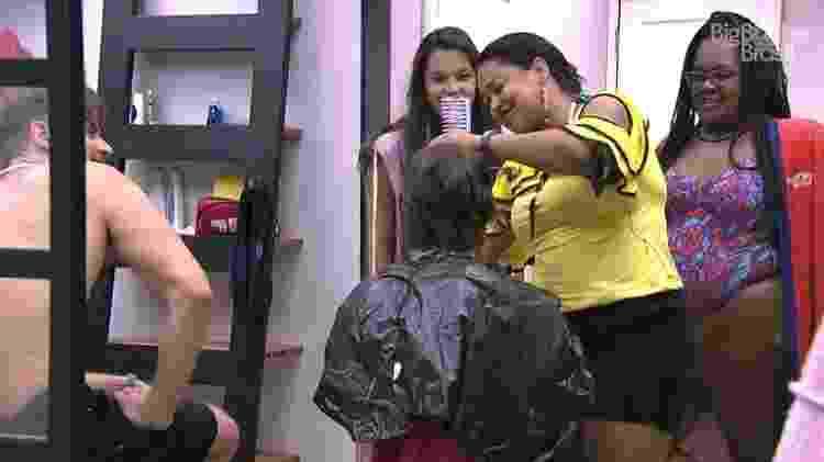 Elis muda o visual de Pedro - Reprodução/TV Globo - Reprodução/TV Globo