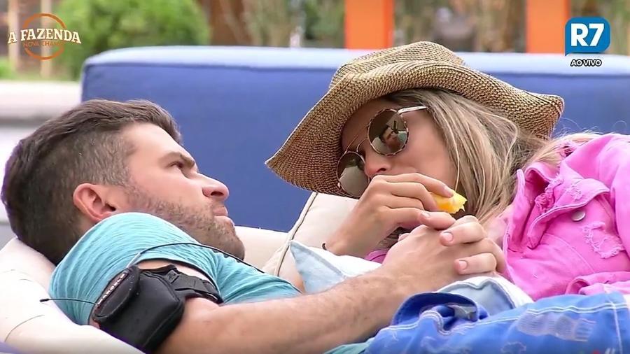 Marcelo Ié Ié e Flávia Viana discutem o relacionamento do casal  - Reprodução/R7