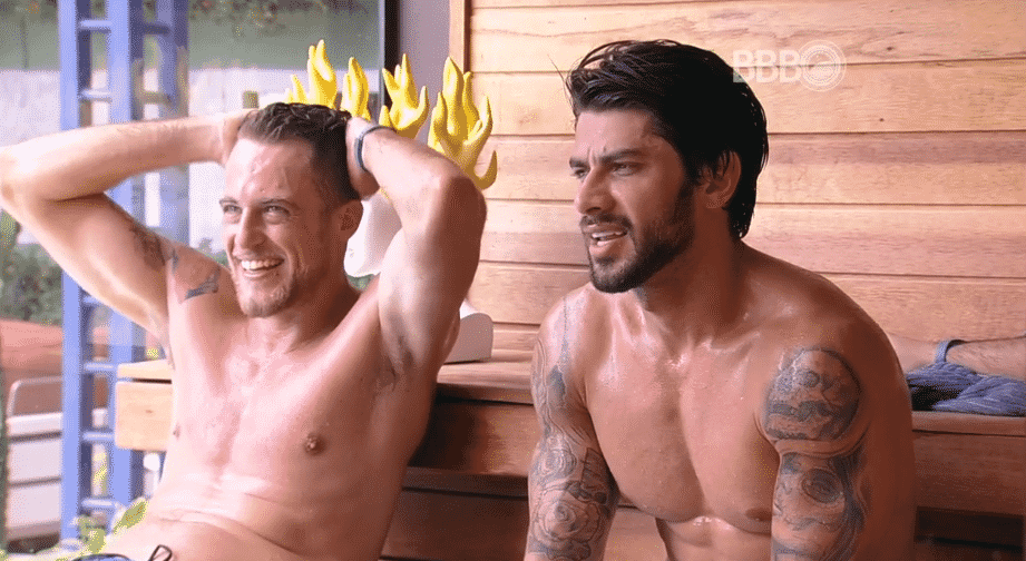 "21.jan.16 - No ""BBB16"", Daniel e Renan conversam na sauna - Reprodução/ TV Globo"