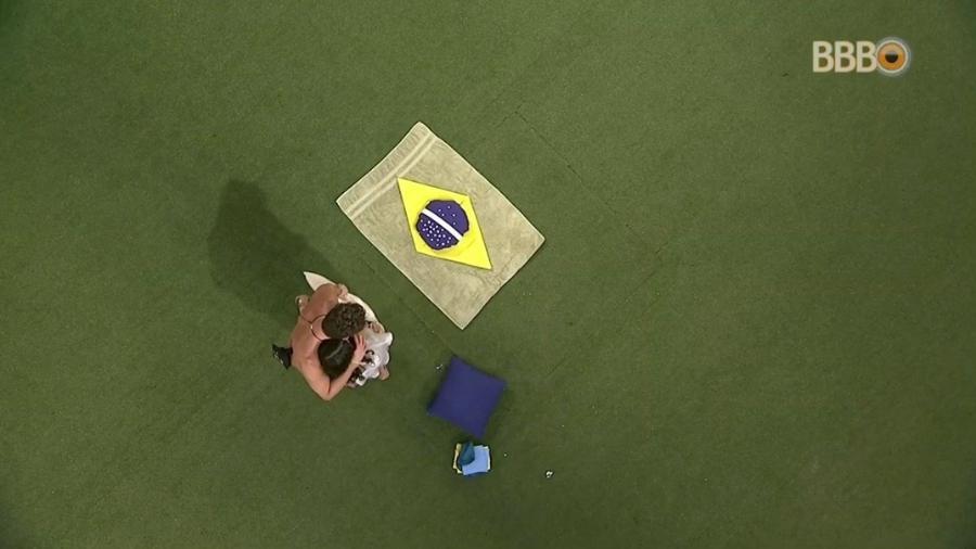 Emilly e Marcos criam bandeira do Brasil no jardim  - Reprodução/TV Globo