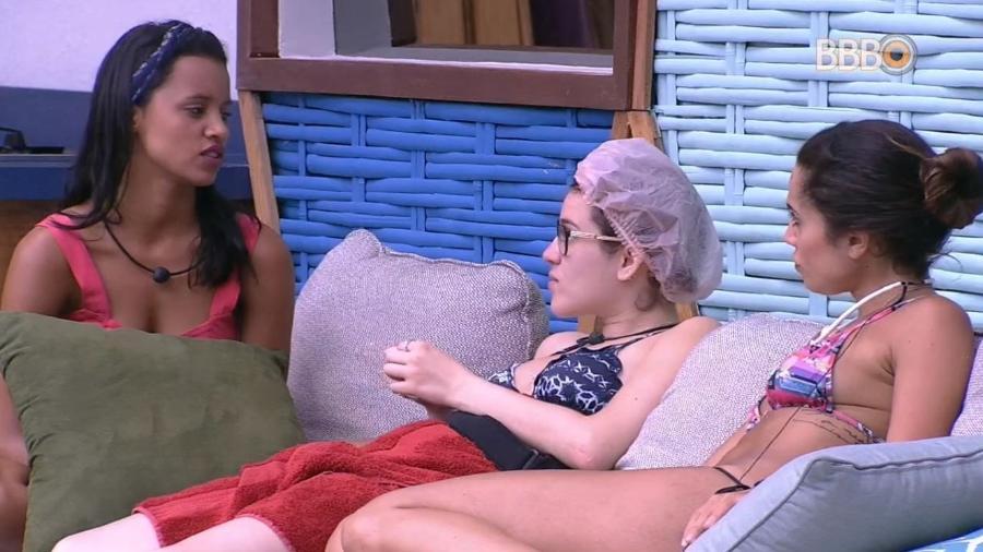 Na área externa, sisters falam sobre advertência de Breno - Reprodução/GlobosatPlay