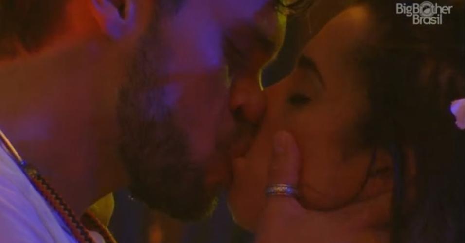 Paula e Breno se beijam durante festa