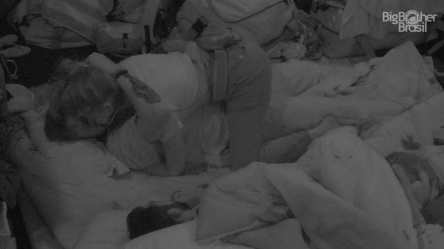 Ana Clara e Breno se beijam no chão do quarto submarino - Reprodução/GloboPlay