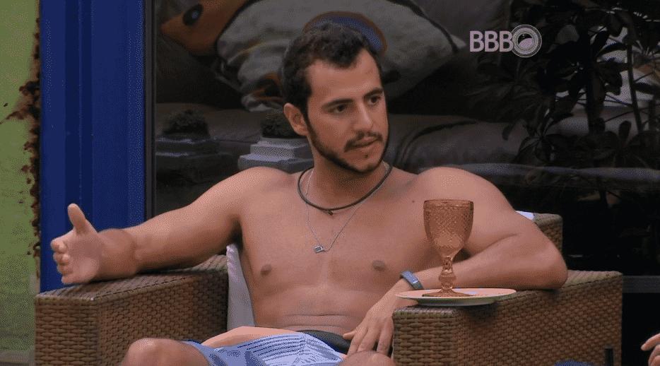 """2.mar.2016 - Matheus diz para Geralda que não concorda com a forma que Ana Paula trata a sister mais velha da casa. """"Às vezes parece que ela está falando com alguém da idade dela ou menos"""" - Reprodução/TV Globo"""