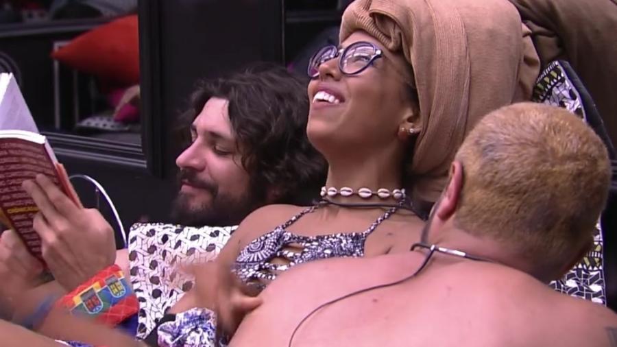 """Gabriela brinca de Dona Flor e Seus Dois Maridos com Daniel e Ilmar, no """"BBB17"""" - Reprodução/Tv Globo"""