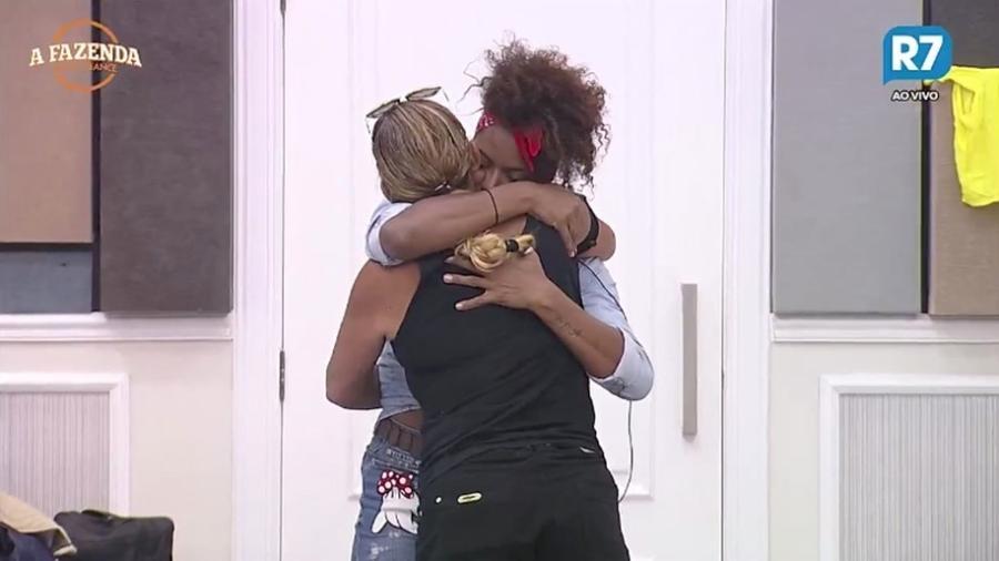 """Adriana Bombom abraça Rita Cadillac em """"A Fazenda 9"""" - Reprodução/R7"""