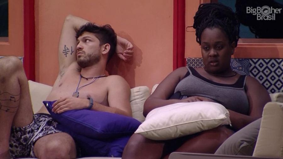Luiz Felipe e Roberta fofocam sobre Marcos após prova de resistência - Reprodução/TV Globo