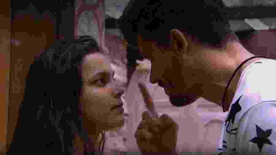 Emilly e Marcos discutem na madugada - Reprodução/TV Globo