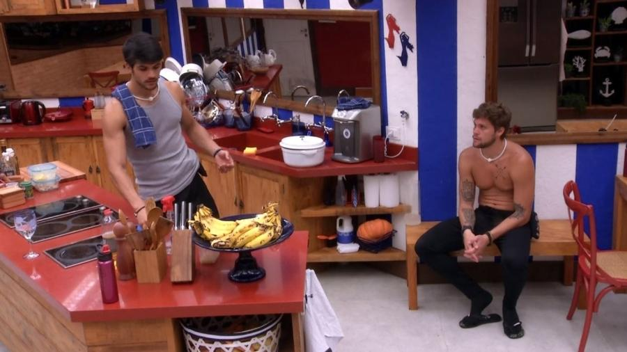 Lucas e Breno conversam na cozinha - Reprodução/Gshow