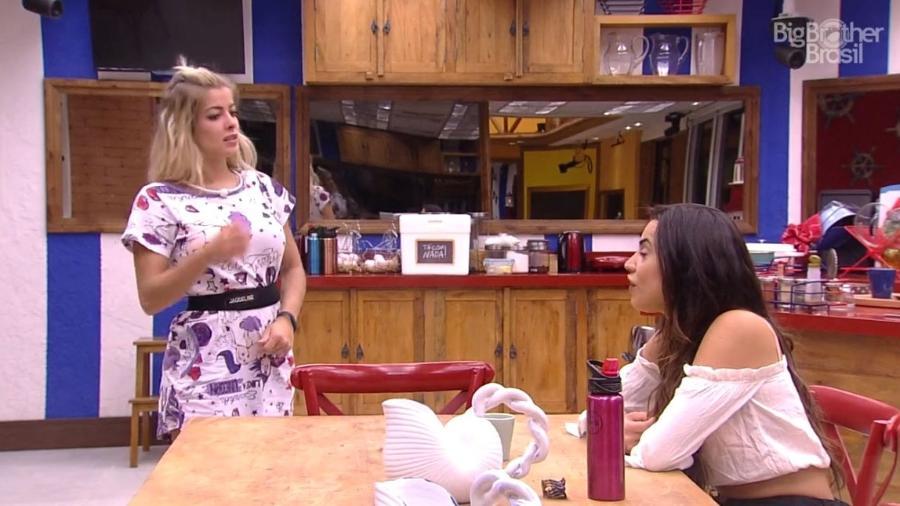"""Jaqueline e Paula conversam na cozinha do """"BBB18"""" - Reprodução/GloboPlay"""