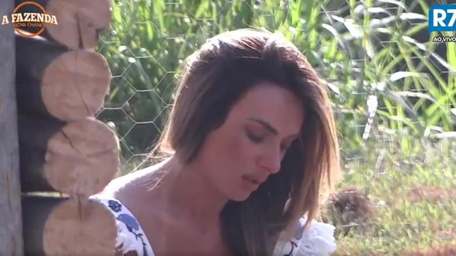 """Nicole Bahls chora sozinha na área externa de """"A Fazenda 9"""" - Reprodução/R7"""