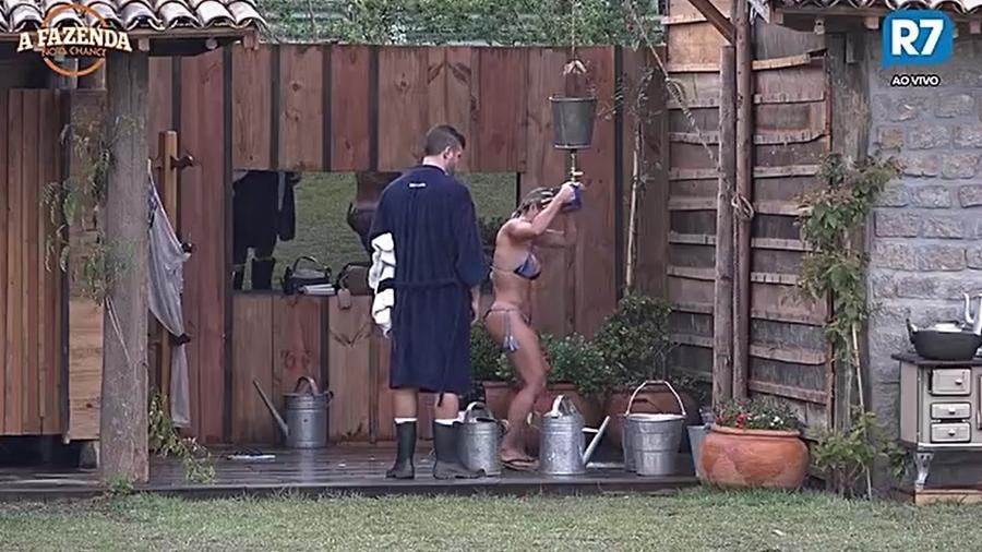 Marcelo e Ana tomam banho na baia - Reprodução/R7