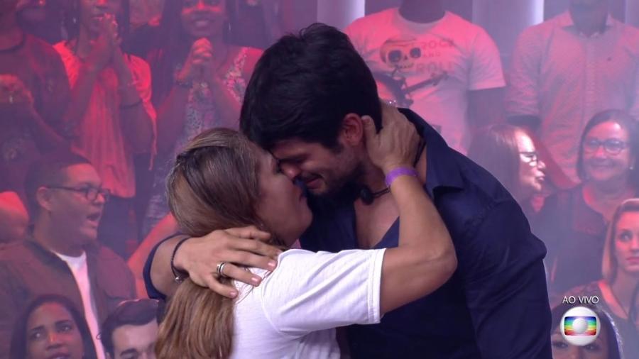 Lucas abraça a mãe após deixar o reality show  - Reprodução/TvGlobo