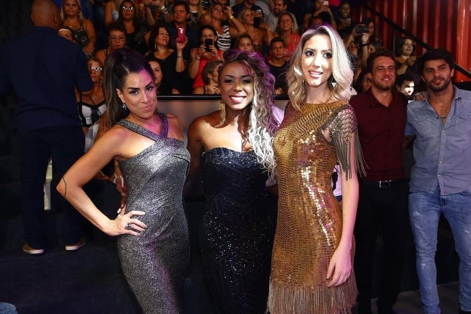 5.abr.2016 - Em seguida, foi a vez de Fernanda ser fotografada com Adélia e Juliana