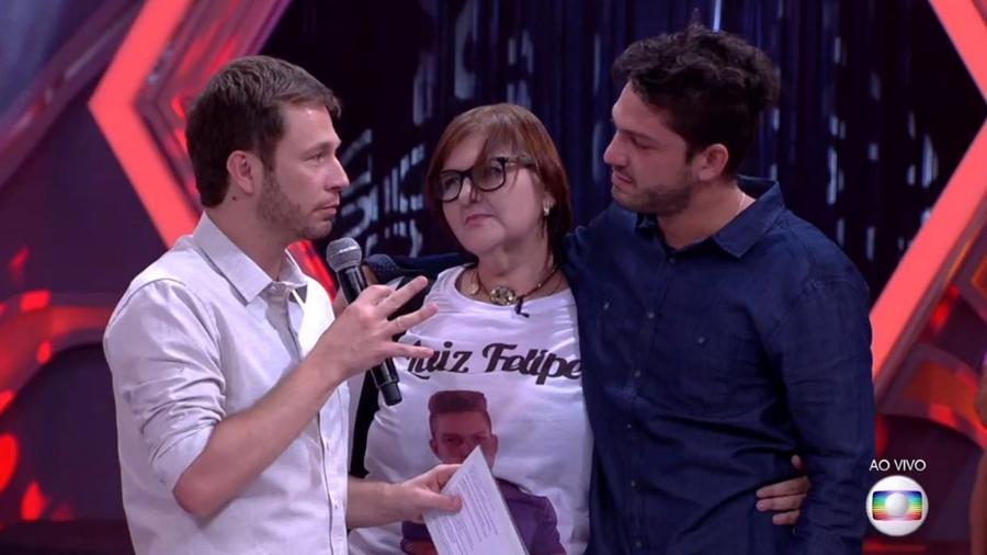 Leifert fala com Luiz Felipe e mãe do candidato após a eliminação  - Reprodução/TV Globo