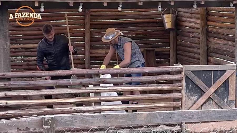 """Marcos Harter ajuda Marcelo Ié Ié na tarefa com os porcos em """"A Fazenda 9"""" - Reprodução/R7"""