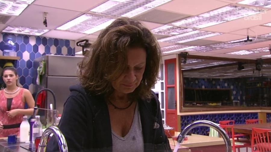 Ieda se queixa de muita louça suja na pia - Reprodução/TV Globo
