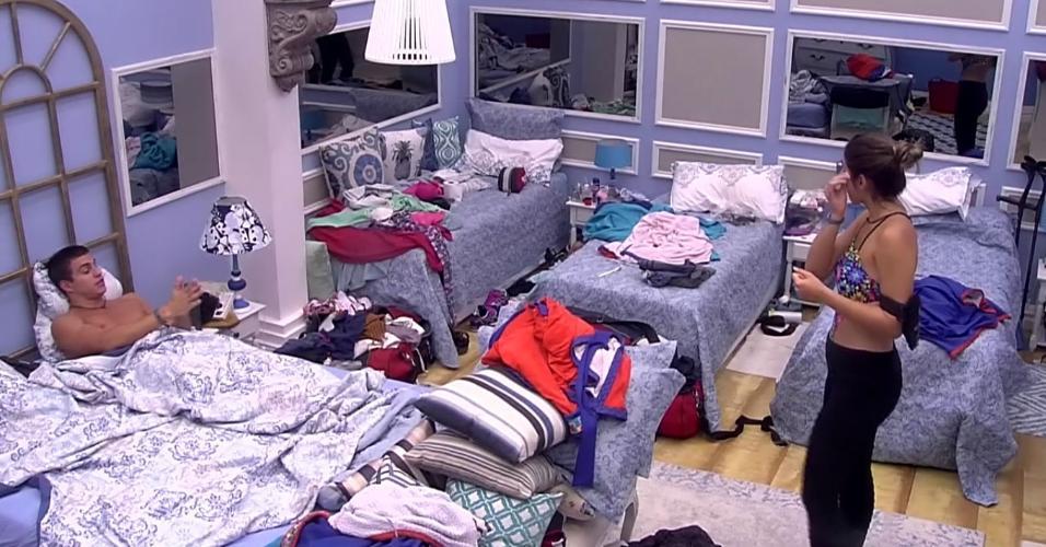 Vivian e Manoel discutem no quarto azul