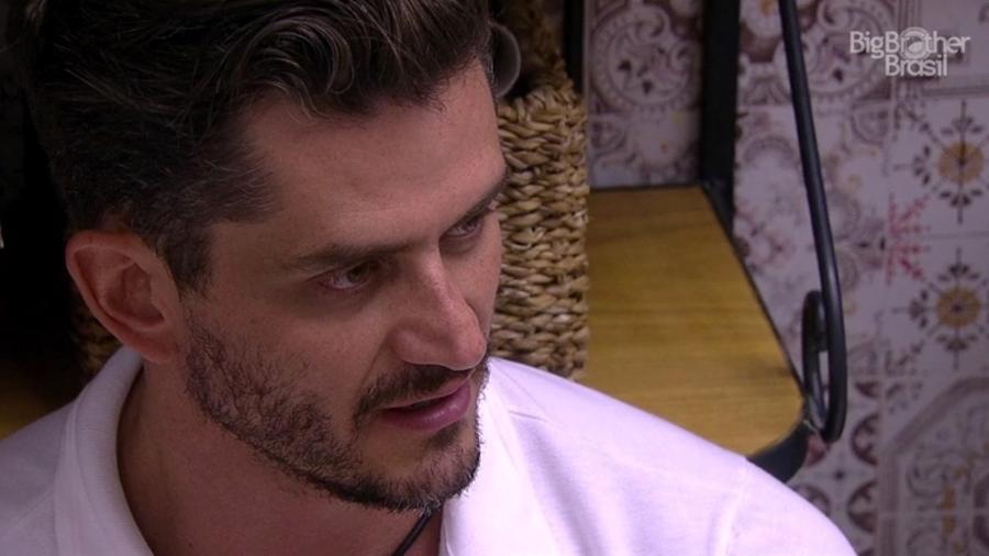 Marcos vê relacionamento com Emilly incomodando brothers - Reprodução/TV Globo