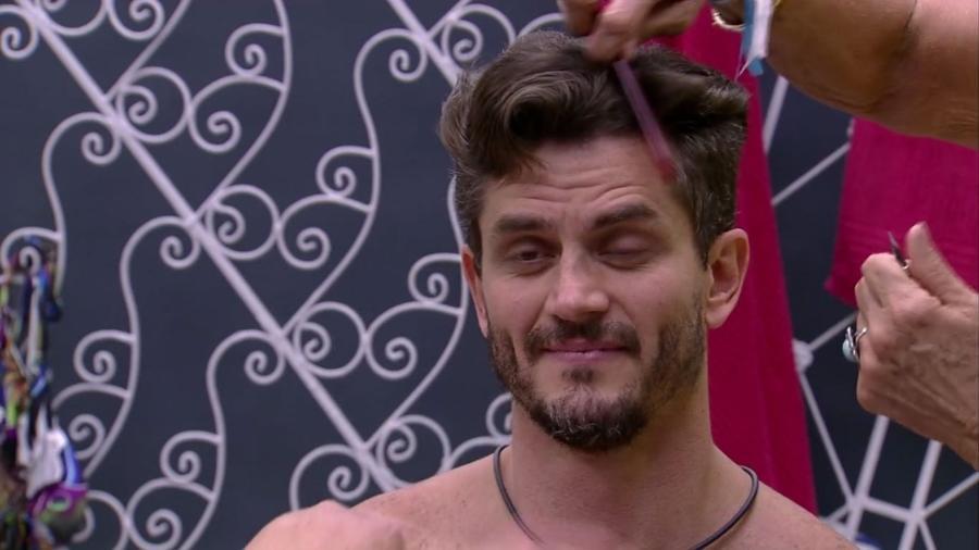 """Ieda corta o cabelo de Marcos no """"BBB17"""" - Reprodução/TV Globo"""