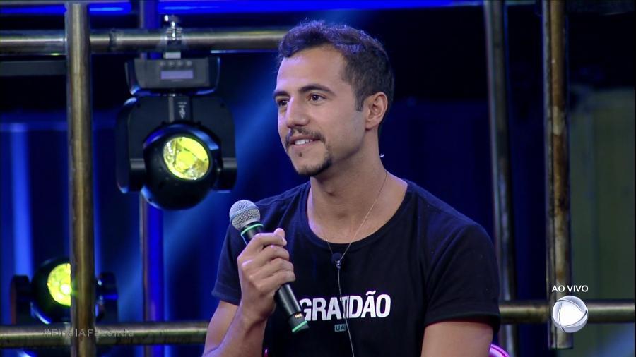 Matheus Lisboa conversa com Roberto Justus após deixar o programa - Reprodução/Record