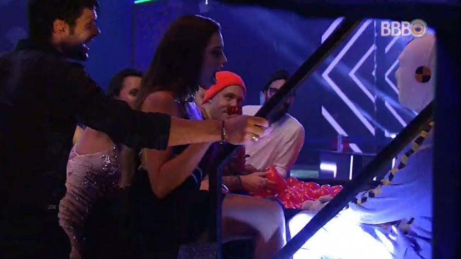 "Paula brinca de seduzir o ""ninja"" - Reprodução/GlobosatPlay"