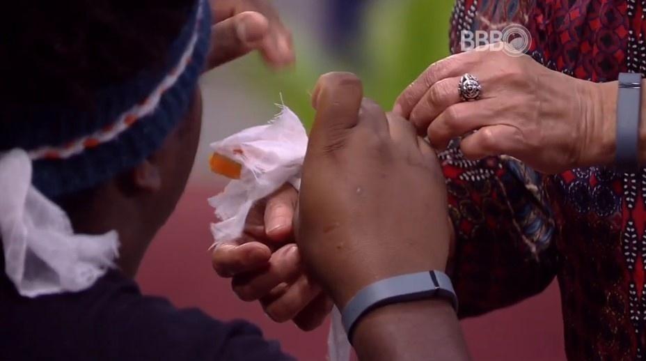 1.abr.2016 - Ronan faz uma pulseira para dona Geralda, sua oponente no penúltimo paredão do