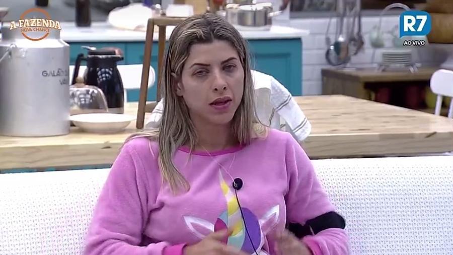 Ana Paula Minerato acorda de ressaca após a primeira festa do programa - Reprodução/R7