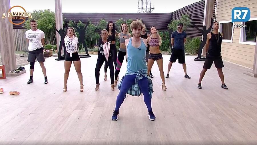 """Peões se alongam para fazer coreografia em """"A Fazenda 9"""" - Reprodução/R7"""