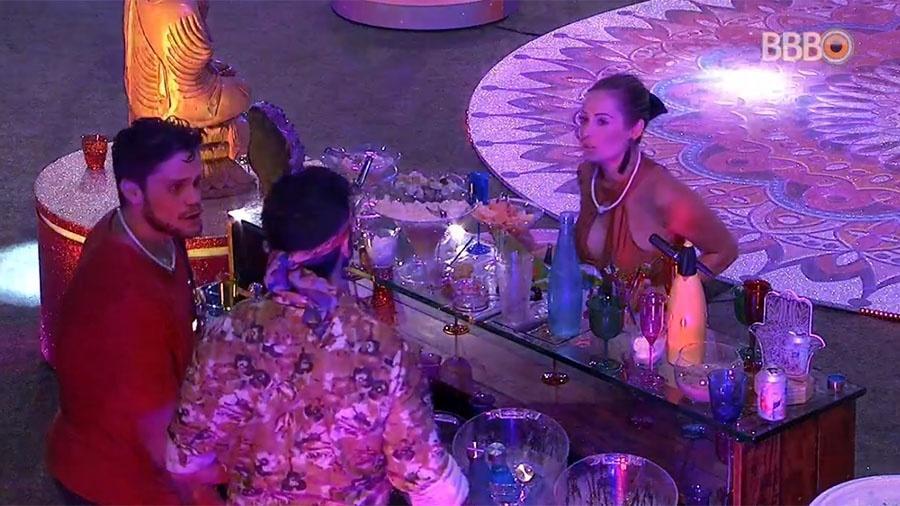 """Jessica em busca de mais bebida na festa do """"BBB18"""" - Reprodução/GloboPlay"""