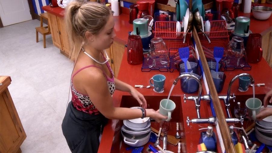 Jéssica lava louça e reclama da quantidade de utensílios acumulados - Reprodução/GloboPlay