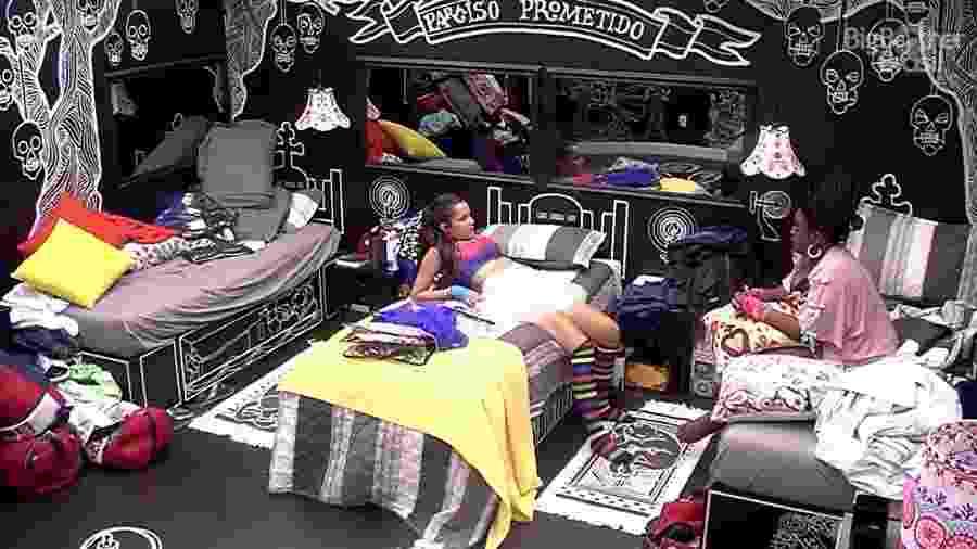 Emilly e Roberta conversam sobre Mayara e Vivian no quarto preto - Reprodução/TV Globo