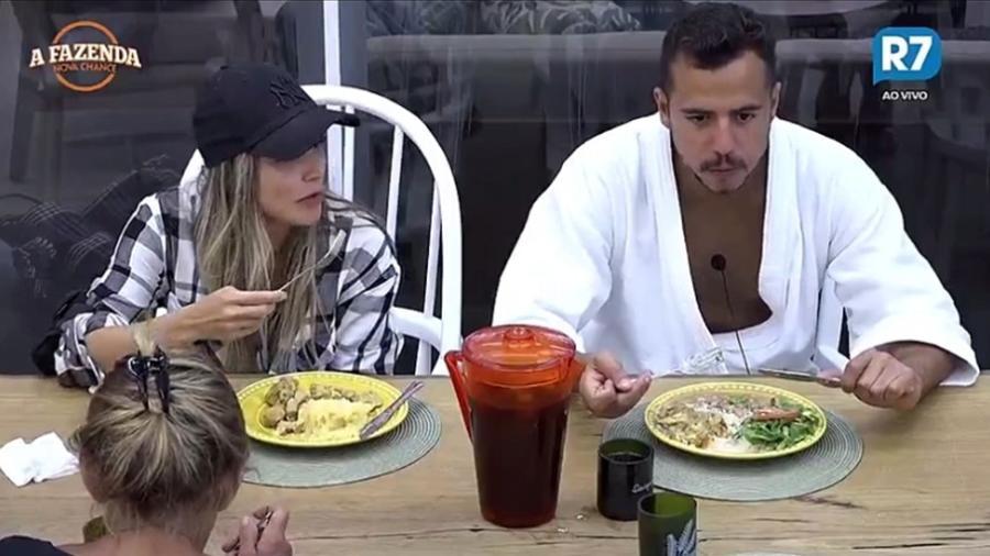 Flávia Viana e Matheus Lisboa conversam na cozinha  - Reprodução/R7