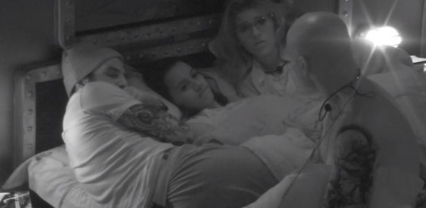 Família Lima, Gleici e Wagner conversam no quarto submarino