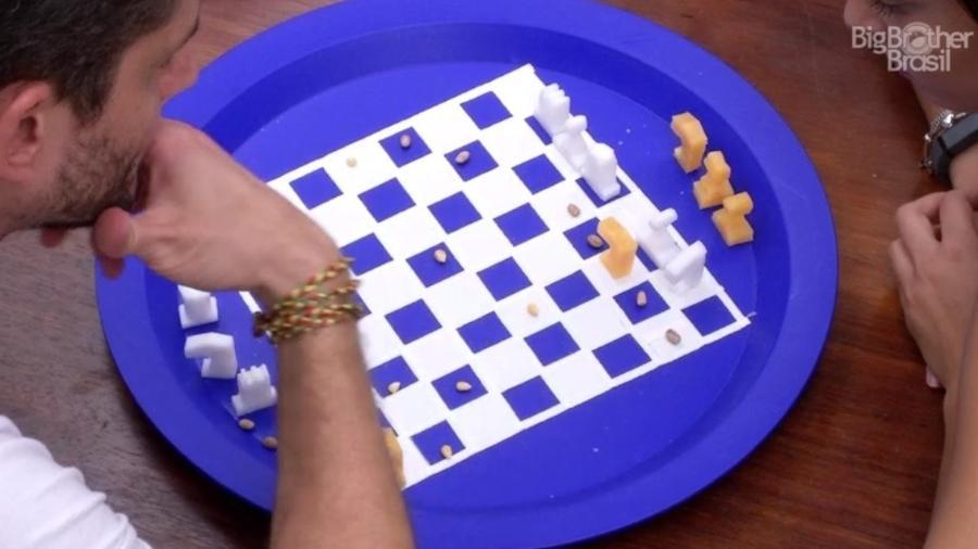 Emilly aprende a jogar xadrez com Marcos - Reprodução/TVGlobo