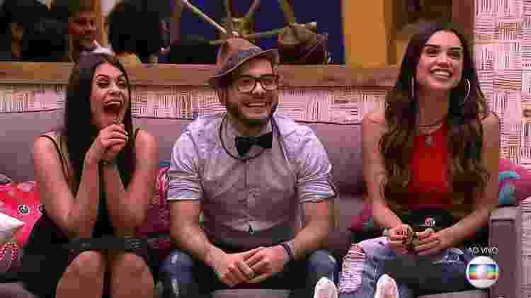 """Ana Paula, Mahmoud e Paula conversam com Leifert na sala do """"BBB18"""" - Reprodução/TvGlobo - Reprodução/TvGlobo"""